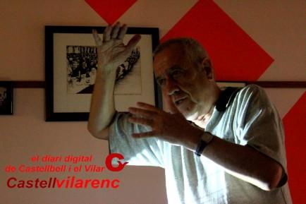 Josep Heras explicant el futur de les pensions al fons un quadre d´una fotogràfia on hi ha treballadors de l´antiga fabrica del borràs Foto Pere Sánchez